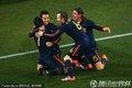 西班牙队员拥抱庆祝