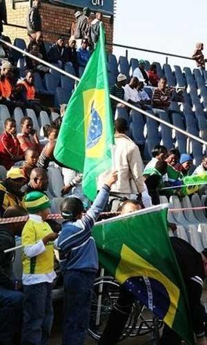 直击巴西训练:主力左后卫受伤退场 伤情未知