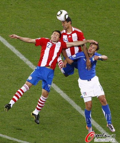 图文:意大利VS巴拉圭 三巨头争顶_世界杯图片