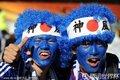图文:日本1-0喀麦隆 日本球迷怪异造型