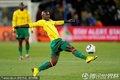 图文:日本1-0喀麦隆 喀麦隆队员停球