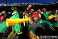 图文:日本1-0喀麦隆 球迷吹响长喇叭