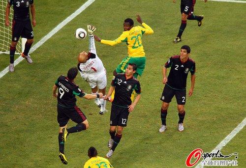 图文:揭幕战南非1-1墨西哥 墨西哥门前混乱