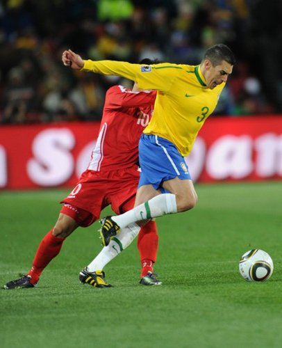 巴西队长忘记如何防守 打后卫似前锋是福是祸