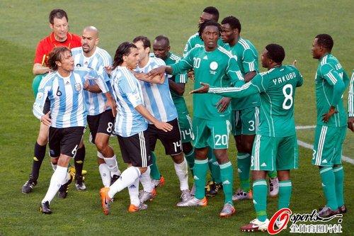 图文:阿根廷1-0尼日利亚 队员险起冲突