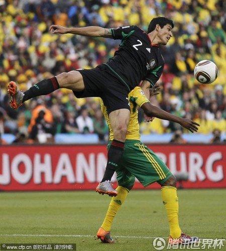 图文:揭幕战南非1-1墨西哥 凶悍的防守