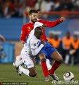 图文:西班牙2-0洪都拉斯 双方球员激烈拼抢