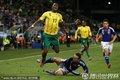 图文:日本1-0喀麦隆 日本队员凶悍防守
