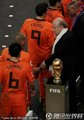 布拉特与荷兰球员握手