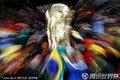 图文:西班牙2-0洪都拉斯 球迷高举大力神杯