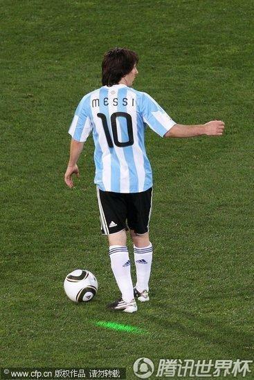 2010世界杯小组赛B组首轮:阿根廷Vs尼日利亚 梅西遭中超绿光袭击