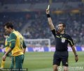 图文:塞尔维亚1-2澳大利亚 主裁出示黄牌