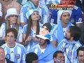 视频:阿根廷球迷戴老马头像帽子 借偶像抢镜