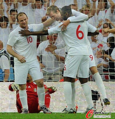 图文:英格兰3-1胜墨西哥 鲁尼祝贺队友进球