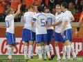 图文:喀麦隆1-2荷兰 荷兰队员拥抱庆祝