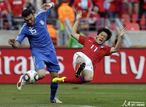 图文:韩国VS希腊 李承烈飞铲托罗西迪斯
