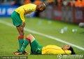 喀麦隆球员互相安慰