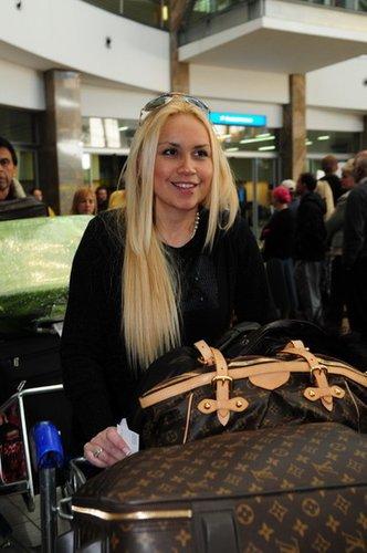 老马女友贝罗尼卡刚到南非时走出机场