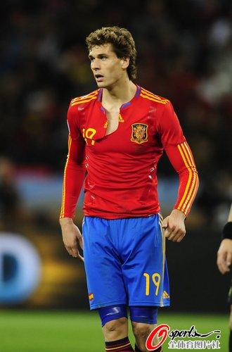 图文:西班牙1-0葡萄牙 略伦特球衣被扯烂