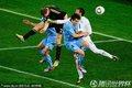 图文:德国3-2乌拉圭 双方球员门前混战