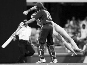 世界杯80年首现裸奔 丹麦球迷场内半裸飞奔造