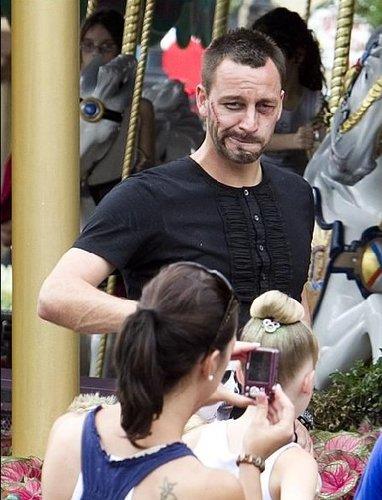 特里迪斯尼假扮刀疤脸 扮加勒比海盗偷瞄美女