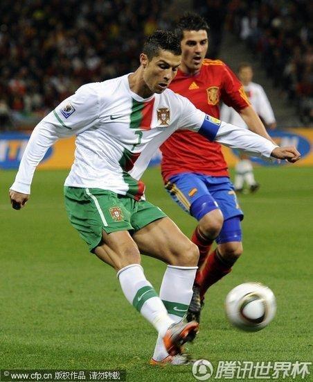 图文:西班牙VS葡萄牙 C罗起脚射门_世界杯图