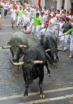 西班牙加冕夜举国欢庆 奔牛节助兴斗牛士首冠
