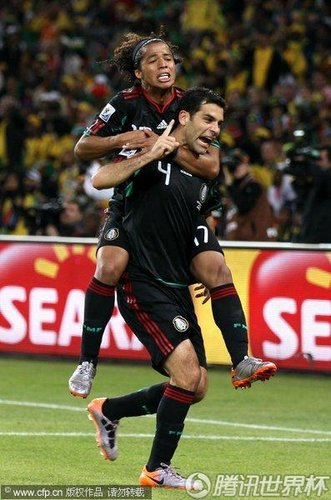 图文:揭幕战南非1-1墨西哥 马奎斯老当益壮