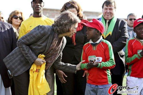 图文:索菲亚王后造访开普敦 看望当地儿童