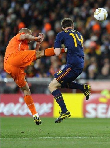 德容穿心腿引公愤 阿隆索:这是最邪恶的一脚