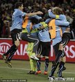 乌拉圭队员抱作一团