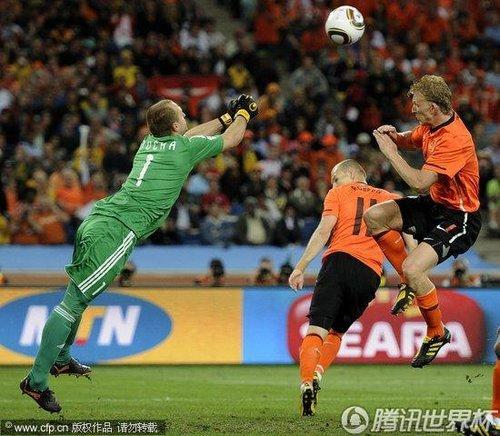 南非世界杯用球名称_图文:荷兰vs斯洛伐克 门将双拳击球_2010南非世界杯