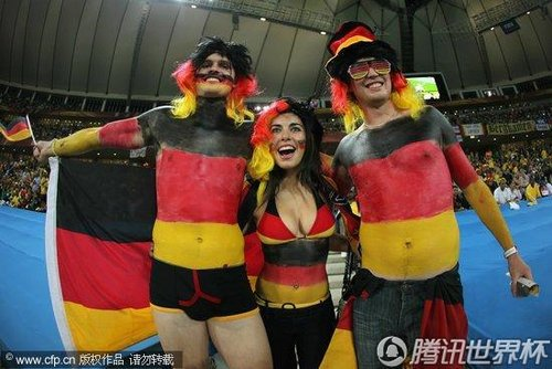 图文:德国vs澳大利亚 美女球迷三人行