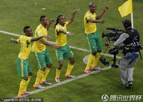 图文:揭幕战南非1-1墨西哥 东道主热舞