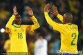 图文:巴西3-0智利 麦孔与拉米雷斯击掌庆祝