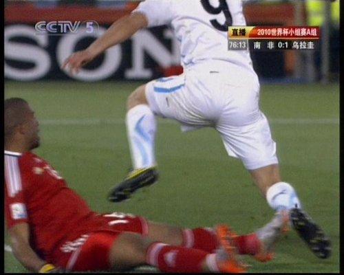 图文:南非VS乌拉圭 库内犯规被出示红牌