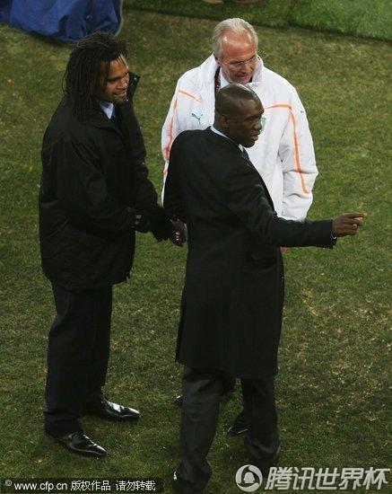 2010世界杯G组次轮:巴西Vs科特迪瓦 球迷抵赛场挥舞旗帜