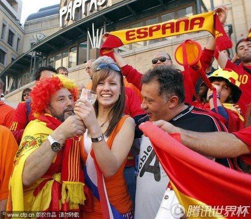 文:荷兰VS西班牙 西班牙球迷痛饮啤酒_2010南