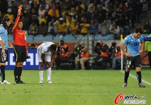 图文:A组法国VS乌拉圭 洛代伊罗领首张红牌