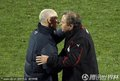 双方主教练拥抱