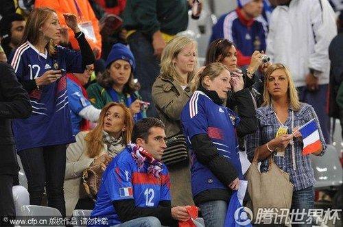 2010世界杯A组首轮:法国太太团集体亮相 里贝里爱妻身披阿尔及利亚国旗