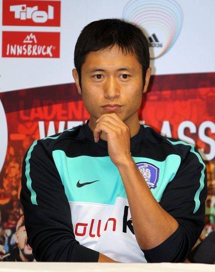 2010世界杯前瞻 韩国队训练备战 朴智星场边观摩酷似教练