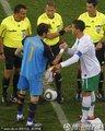 图文:西班牙1-0葡萄牙 双方队长握手交换队旗