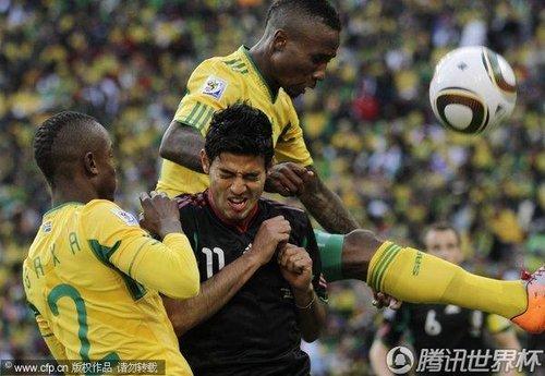 图文:揭幕战南非1-1墨西哥 贝拉惨遭包夹