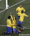图文:巴西3-0智利 罗比尼奥进球庆祝