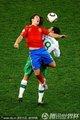 图文:西班牙1-0葡萄牙 双方球员激烈拼抢