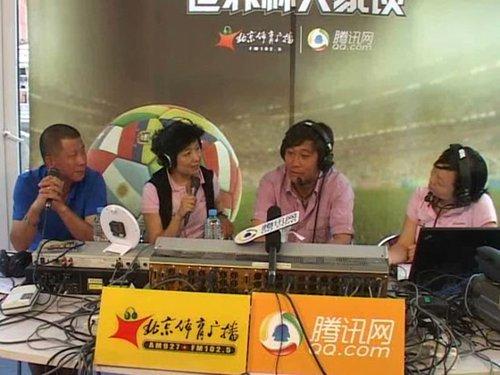李萱、主持人、高峰、主持人(从左至右)