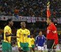 喀麦隆队员获得黄牌