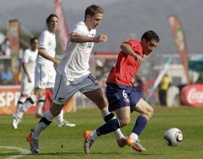 图文:热身赛智利VS新西兰 智利球员过人
